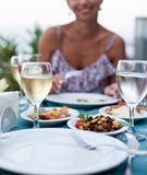 浪漫晚餐用白葡萄酒。 免版税库存图片