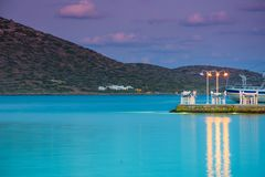 浪漫晚餐的风景码头在Elounda的,克利特海 库存图片