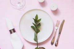 浪漫晚餐 高雅与植物的桌设置桃红色亚麻制桌布的 免版税库存图片