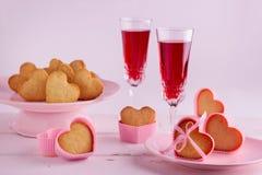 浪漫桌设置为情人节用在的杯形蛋糕 免版税库存图片