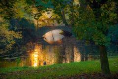 浪漫桥梁视图 秋天,温暖的颜色 免版税库存照片