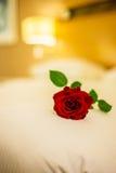 浪漫概念与在床上上升了 图库摄影
