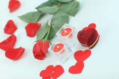 浪漫概念 圆环,蜡烛和在白色背景上升了 图库摄影