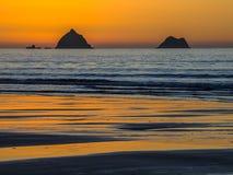 浪漫橙色日落在一个镇静晚上 免版税库存图片