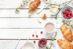 浪漫法国或农村早餐用新月形面包、果酱和莓在白色 库存照片