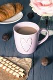 浪漫法国早餐,您的甜心的惊奇 免版税库存图片