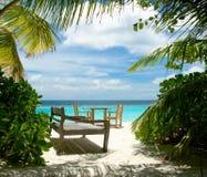 浪漫海滩的咖啡馆 免版税库存图片