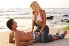 浪漫海滩的夫妇 免版税库存照片