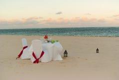浪漫海滩的正餐 免版税图库摄影