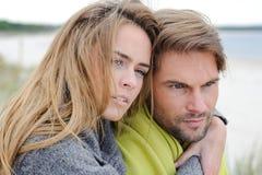 浪漫海边夫妇放松在沙丘的-秋天,海滩 免版税库存照片