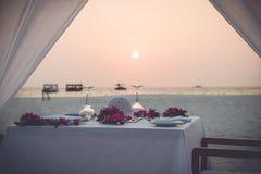 浪漫海滩晚餐 库存图片
