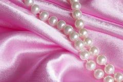 浪漫珍珠礼物:华伦泰卡片材料的照片 库存图片