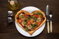 浪漫盘想法在华伦泰` s天:心形的薄饼用蘑菇和鸡在木背景 图库摄影