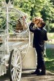 浪漫童话婚礼亲吻在ma的夫妇新娘和新郎 库存照片
