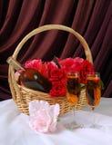 浪漫篮子的礼品 库存图片