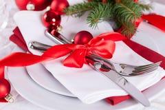 浪漫红色圣诞节桌设置 库存照片