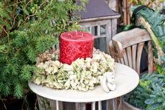 浪漫红色蜡烛安排 免版税库存照片