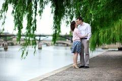 浪漫约会夫妇亲吻 免版税图库摄影