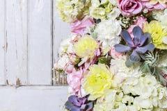 浪漫花装饰品与上升了,大丽花、霍滕西亚和carnat 免版税库存图片