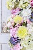 浪漫花装饰品与上升了,大丽花、霍滕西亚和carnat 库存图片