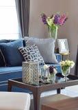 浪漫蜡烛设置了与米黄和蓝色现代经典沙发在客厅 库存照片