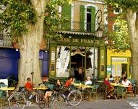 浪漫街道咖啡馆,普罗旺斯,法国 免版税库存照片