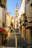 浪漫街道在罗希姆诺,克利特,希腊 免版税库存照片