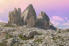 浪漫观点的Tre Cime di Lavaredo在黄昏的Drei Zinnen 免版税库存照片