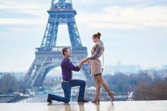 浪漫订婚在巴黎 免版税库存照片