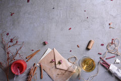 浪漫邀请或情书、杯酒,蜡烛和芳香棍子 婚礼或情人节背景 免版税库存照片