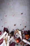浪漫邀请或情书、果子和坚果在具体背景 婚礼或华伦泰` s天背景 复制空间, t 库存照片