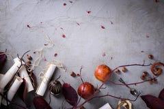 浪漫邀请或情书、红色桔子和坚果 婚礼或华伦泰` s天背景 复制空间,顶视图 库存照片