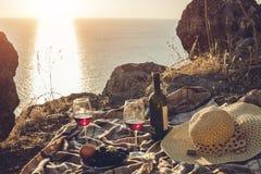 浪漫野餐有在日落的海边和山景 图库摄影