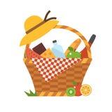 浪漫野餐篮子用酒和食物 免版税图库摄影