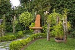 浪漫长凳在庭院里 图库摄影