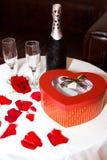 浪漫集合-有waterdrops的香宾瓶与红色箱子和两块玻璃 库存照片