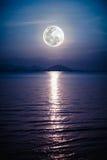 浪漫风景与在海的满月对夜 mo的反射 库存照片
