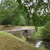 浪漫风景有老树的北部德国,五颜六色的地方教育局 库存照片