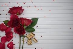浪漫食物摄影图象用豪华巧克力饼干和红色玫瑰在白色木拷贝空间背景开花 免版税图库摄影