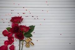 浪漫食物摄影图象用豪华巧克力饼干和红色玫瑰在白色木拷贝空间背景开花 库存图片