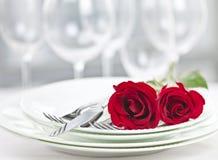浪漫餐馆晚餐设置 免版税库存照片