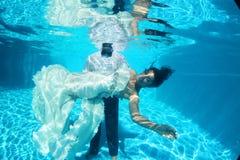 浪漫水下的新娘和新郎 免版税库存图片