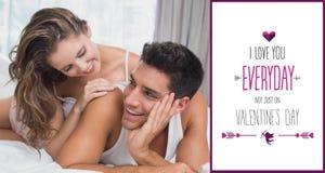 浪漫年轻夫妇的综合图象在床上在家 库存照片