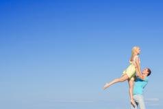 浪漫年轻夫妇跳舞的图片 免版税库存照片