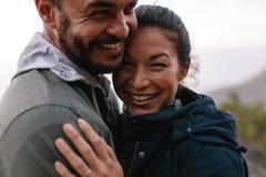 浪漫年轻拥抱在乡下的人和妇女 免版税库存照片