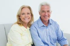 浪漫轻松的资深夫妇在家 免版税图库摄影