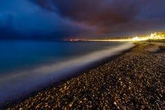 浪漫Cote d'Azure海滩在晚上,尼斯,法语 免版税库存图片