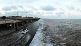 浪潮在海堤来 库存照片