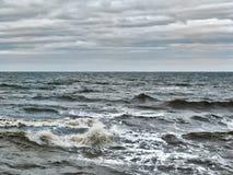 浪潮起伏的大西洋挥动与海浪和灰色冬天云彩 免版税库存图片