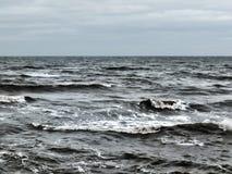 浪潮起伏的大西洋挥动与海浪和灰色冬天云彩 库存照片